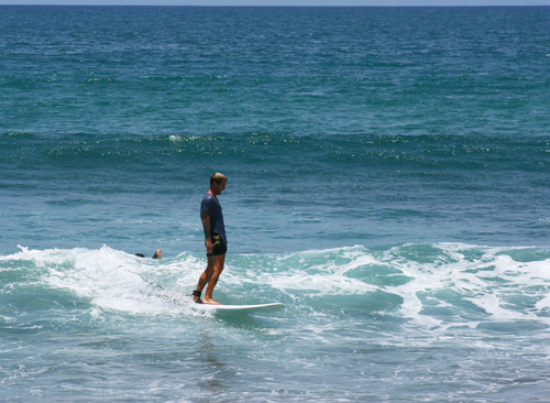 Surfing_na_Bali_longboard